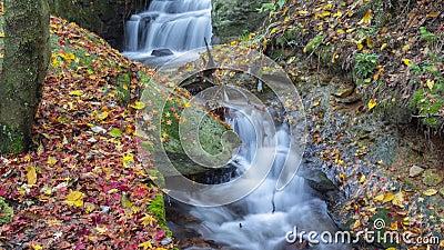 Отснятый видеоматериал Timelapse водопада Lu горы Китая и ландшафта потока естественного в последней осени акции видеоматериалы