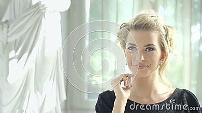 Отснятый видеоматериал привлекательной белокурой женщины ждать на таблице ресторана на ее дата