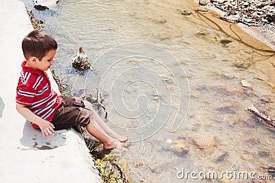 Охлаждая ноги в воде