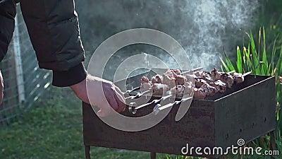 Очень вкусное барбекю сварено на гриле угля в замедленном движении сток-видео