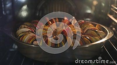 Очень вкусное ratatouille сварено в печи Подолы времени 4k, 3840x2160 HD видеоматериал