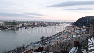 Панорамный вид Дуная и Citadella от Budai Var, Будапешта, Венгрии сток-видео