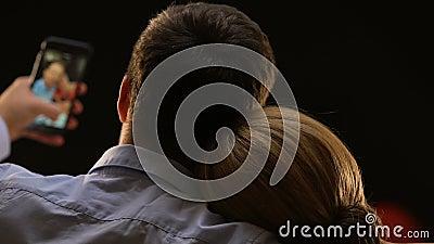 Парень принимая selfie с его красивой девушкой, памятный момент, устройство сток-видео