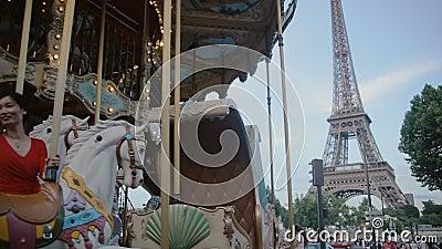 ПАРИЖ, FRANCE-JULY 23,2015: Винтажный carousel 23-его июля 2015 в Париже, Франции сток-видео
