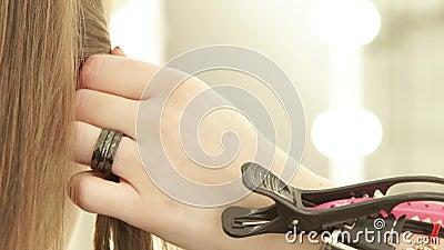 Парикмахер используя barrette для фиксируя волос во время женский haircutting в салоне парикмахерских услуг Закройте вверх по отл сток-видео