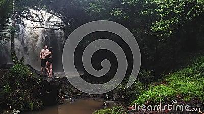 Пары в любов под водопадом в пещере нежность пар любовников сработанности ощупывания Отключение Бали tropics Путешествие Воздушна акции видеоматериалы