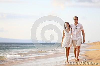 Пары гуляя на пляж