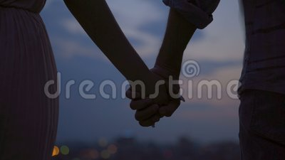 Пары любовников плотно держа руки и отделяя, любовная история, распад акции видеоматериалы