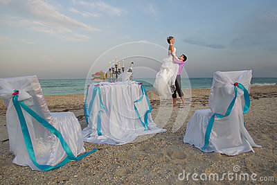 Пары отдыхая на пляже
