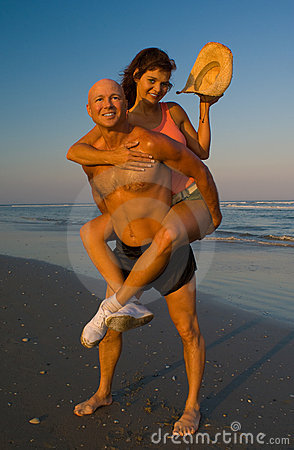 пары пляжа enjoing