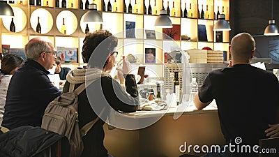 Пары сидя на обедать бара встречный в современном ресторане внутри мира Fico Eataly видеоматериал