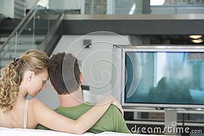 Пары смотря ТВ дома