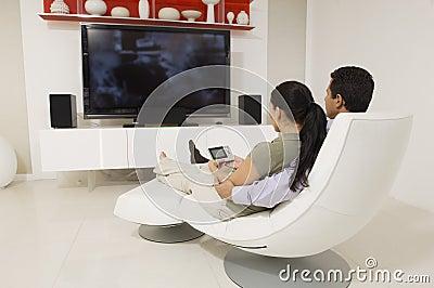 Пары смотря ТВ