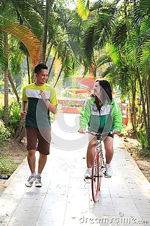 Пары jogging на парке