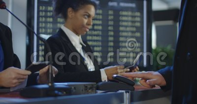 Пассажиры проходя биометрическое управление в авиапорте видеоматериал