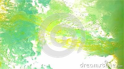 Падение чернил цвета в воде 1+1=3 освещают - голубое, cyan, желтый цвет сток-видео