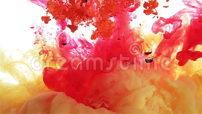 Падение чернил цвета в воде yellow красный цвет, апельсин, фиолетовое распространение цвета видеоматериал