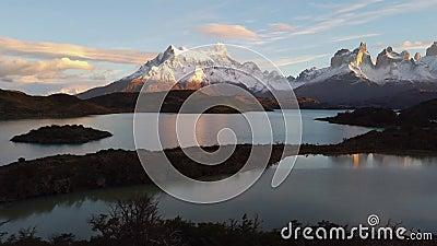 Пейн-Гранде (гора), озеро Норденсджольд в Чили, Патагония Вид горы Пэйн Гранд сток-видео