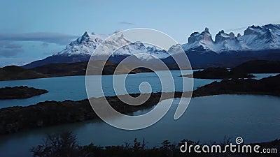 Пейн-Гранде (гора), озеро Норденсджольд в Чили, Патагония Вид горы Пэйн Гранд видеоматериал