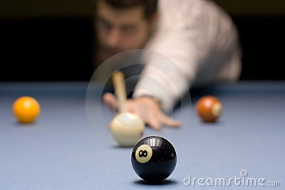 персона играя детенышей snooker