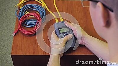 Персона работает с тестером LAN кабеля сети акции видеоматериалы