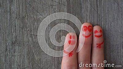 перста счастливые красивые стороны покрашенные на пальцах ноги видеоматериал