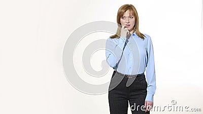 Перст в рте ободрение и сожаление Девушка в брюках и blous белизна изолированная предпосылкой Язык жестов Женщины акции видеоматериалы