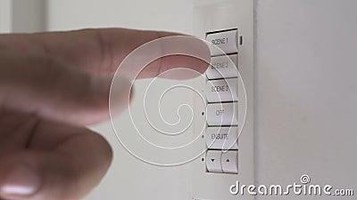 Перст отжимает кнопку акции видеоматериалы