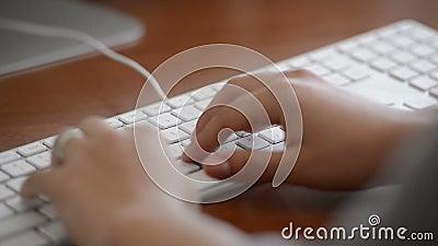 Печатать на машинке на клавиатуре видеоматериал