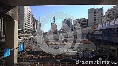 Пешеходный мост в Сибуе, Токио, где осуществляются крупномасштабные проекты развития городов сток-видео