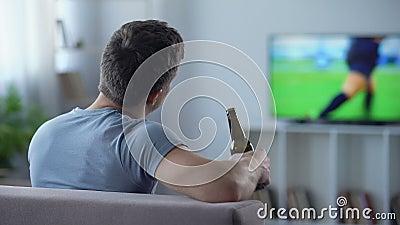 Пиво футбола мужского сторонника наблюдая выпивая, разочарованное с связью в спичке видеоматериал