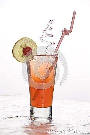 питье коктеила свежее