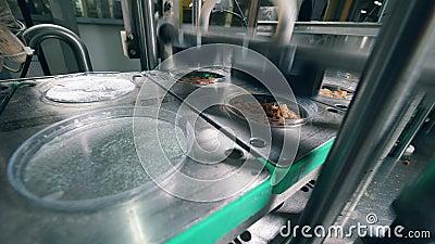 Пластиковые крышки помещенные в контейнеры с хлебами на фабрике еды акции видеоматериалы