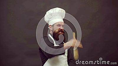 Повар готов к готовке Смешная кухня Забавный повар с ложкой весело тренировать сток-видео