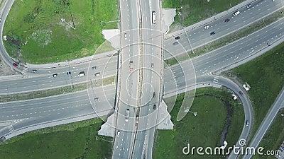 повышенная скоростная дорога зажим Кривый висячего моста вид с воздуха Взгляд сверху Дорога предпосылки сценарная видеоматериал