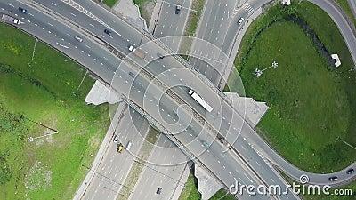 повышенная скоростная дорога зажим Кривый висячего моста вид с воздуха Взгляд сверху Дорога предпосылки сценарная акции видеоматериалы