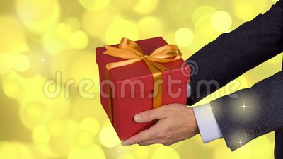 Подарочная коробка 2 мужскими владениями рук красная с смычком золота Отпразднуйте подарочную коробку кануна присутствующую Кавка видеоматериал