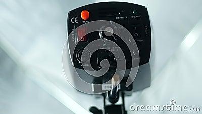 Подключение и включение небольшой флэш-памяти студии Установка света в студии видеоматериал
