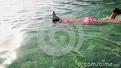 Подростки, сноркелингующие маской и флипперсами в чистой морской воде акции видеоматериалы