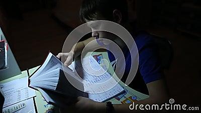 Подросток в вечере делая домашнюю работу на уроке английского языка сток-видео