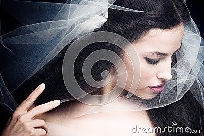 под женщиной вуали