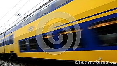 Поезд проходя близко на высокой скорости видеоматериал