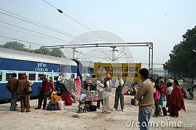 поезд станции agra Индии Редакционное Стоковое Изображение
