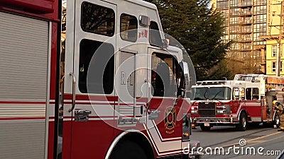 Пожарная машина остановленная на дороге