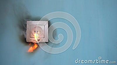 Пожар в квартире вызван сбоями в электросети видеоматериал