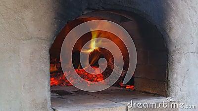 Пожар горит в печи для пиццы в пылающей горячей дрове, зажигающей печь в печи акции видеоматериалы