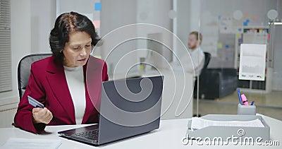 Пожилая кавказская женщина inputting ее номер кредитной карты акции видеоматериалы