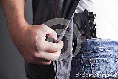 Показывая огнестрельное оружие