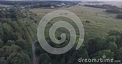 Поле полета nal, зеленая дорога лугов Голубая тележка управляя к деревне Туристские шатры озером зацветая пуща видеоматериал