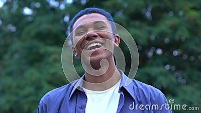 Положительная улыбка подростка, беззаботный молодой тысячелетия, свобода молодежи видеоматериал